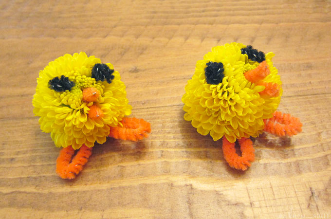 These adorable Easter decorations are right up my alley. I love flower crafts for kids, even more so when they turn into teeny tiny baby chicks! we know stuff | Easter Craft: Miniature Mum Chicks | http://www.weknowstuff.us.com