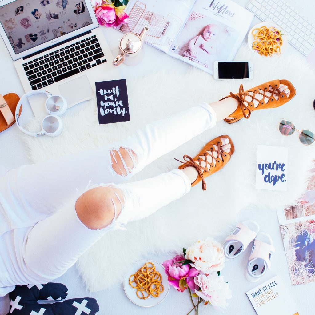 Want To Save Money In The New Year? Learn How To Earn Money While You Shop Online with three of my favorite web browser extensions. They're so easy to use!! Photo by Hipster Mum on Unsplash