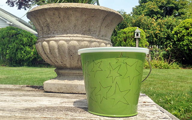 You can easily transform your standard citronella candles into lovely little bug repellents. All you need is a few bucket candles, a little patience, glue, glitter and twine!