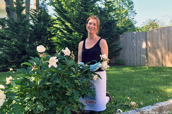 This Incredibly Easy No Sew Apron Tutorial using flour sacks and velcro is just about the cutest thing I've ever seen. It took me about 3 minutes to make.