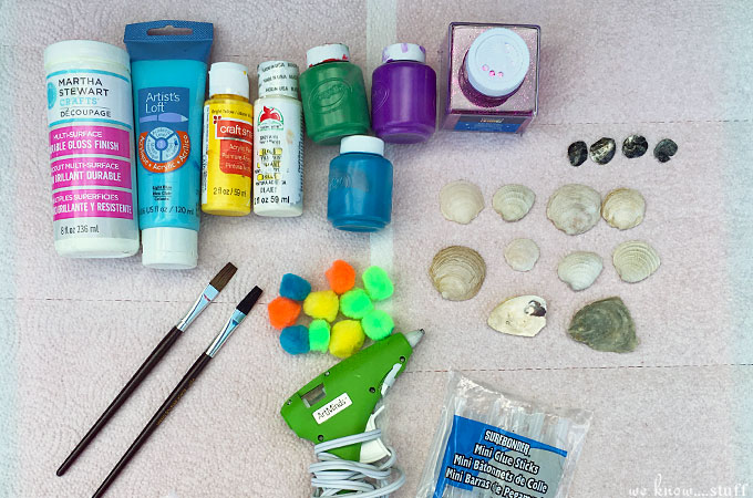Take advantage of the beautiful weather outdoors, gather up some sea shells, and make this fun sea shell turtles craft for kids.