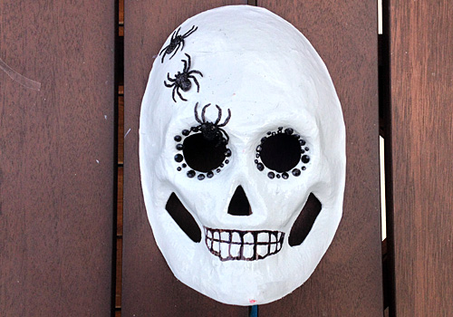 Need a spooky DIY Halloween Wreath craft idea? This is perfect for kids that want something creepy to hang. Works for Day of the Dead (Día de Muertos) too.