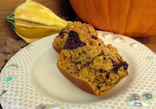These Marble Pumpkin Muffins are perfect treat on Thanksgiving morning. They combine the best of two worlds: chocolate and pumpkin!